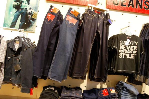 Hanging「Tax Error At Jeans Maker Cancels 2001 Profit Reports」:写真・画像(19)[壁紙.com]