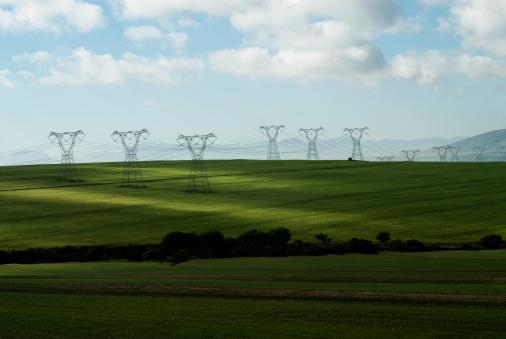 Electricity Pylon「Power lines in green field」:スマホ壁紙(10)