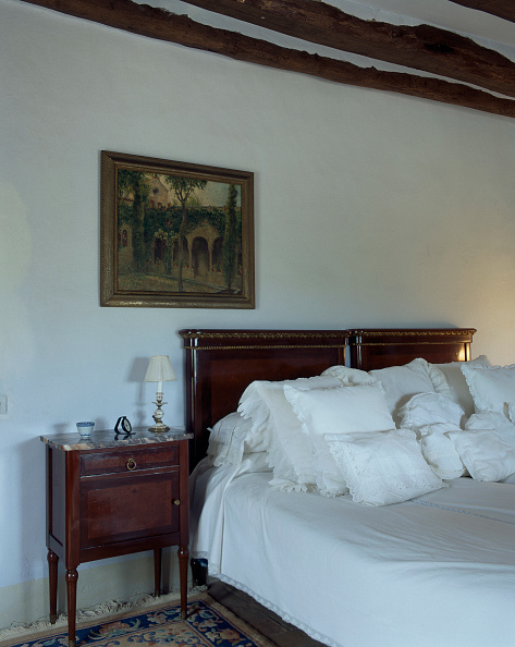 Dining Room「Several cushions are arranged on a cozy bed」:写真・画像(5)[壁紙.com]