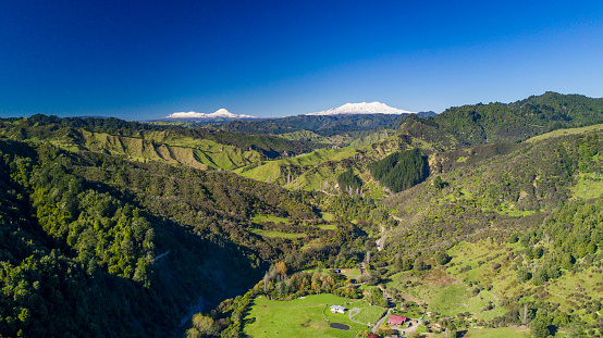 Volcanic Landscape「The Blue Duck lodge located in the Whanganui National park is a working cattle farm with a focus on conservation. Views over the farm station show a snow covered Mount Doom (Mount Ngauruhoe) and Tongariro in the background.」:スマホ壁紙(3)