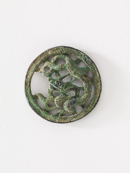 White Background「Costume Ornament: Dragon In Roundel (Pair With F1917.565)」:写真・画像(16)[壁紙.com]