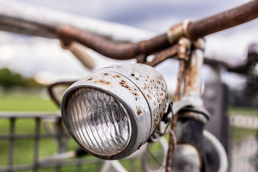 セレクティブフォーカス「old, gritty, rotten, rusty, antique bicycle - headlight and handlebar in foreground」:スマホ壁紙(8)