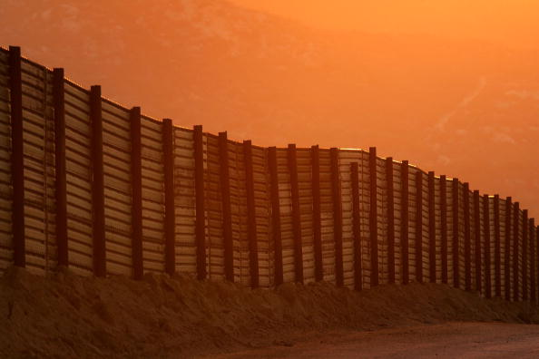 アメリカ合州国「US-Mexico Border Fence Impacts Borderlands Environment」:写真・画像(2)[壁紙.com]