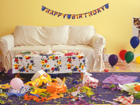 子供時代「Sitting room in mess from children birthday party」:スマホ壁紙(17)