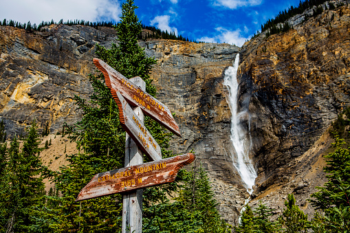 Yoho National Park「Sign near waterfall flowing over cliff」:スマホ壁紙(19)