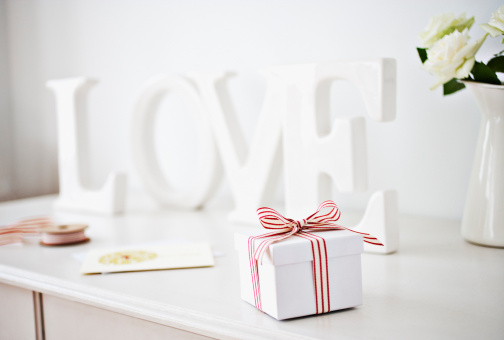 "Valentine's Day - Holiday「Wooden ""love"" letters decoration and gift box with ribbon on desk」:スマホ壁紙(9)"