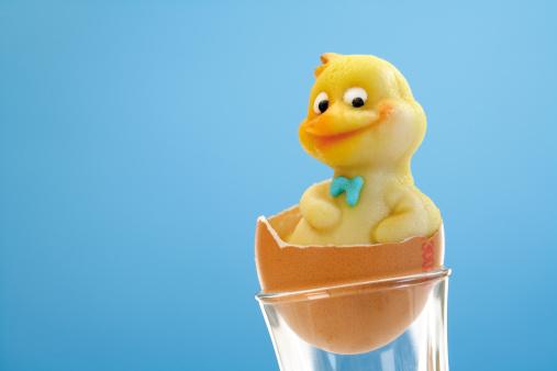 イースター「'Marzipan chick in eggshell, close-up'」:スマホ壁紙(6)