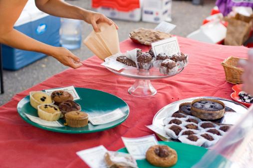 Street Market「Woman offers fresh pastry at charity fundraiser bake sale」:スマホ壁紙(16)