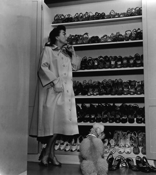靴「Joan Crawford Inspects Her Shoe Closet」:写真・画像(5)[壁紙.com]
