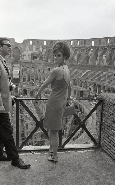 Vacations「American actress Raquel Welch visiting the Colosseum, Rome 1966」:写真・画像(17)[壁紙.com]