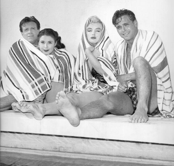 Swimming Pool「Marilyn And Friends At The Pool」:写真・画像(19)[壁紙.com]