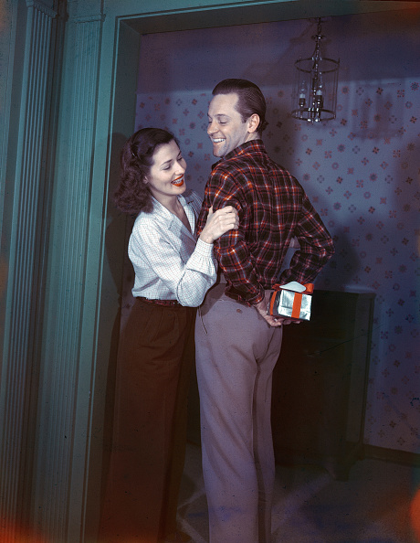 Giving「William Holden Hiding Present From Wife」:写真・画像(3)[壁紙.com]