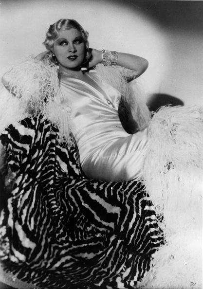 Formal Portrait「American actress Mae West. Photograph. 1933. (Photo by Imagno/Getty Images) Die amerikanische Schauspielerin Mae West.  Photographie. 1933.」:写真・画像(0)[壁紙.com]
