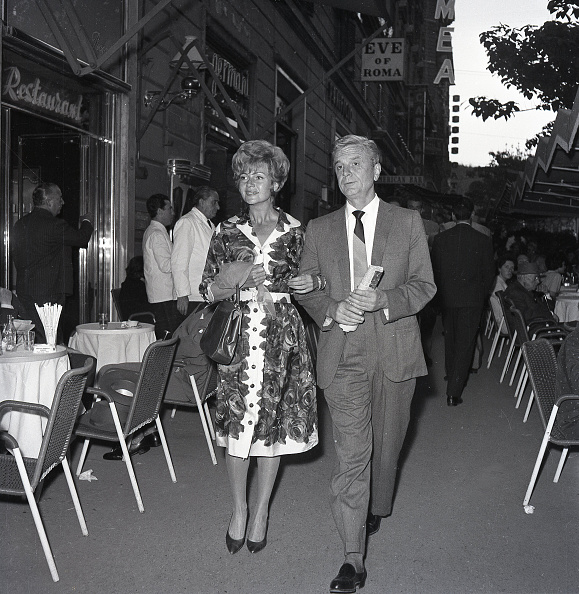 City Life「American actress Rita Hayworth walking in Rome with her husband in 1961」:写真・画像(2)[壁紙.com]