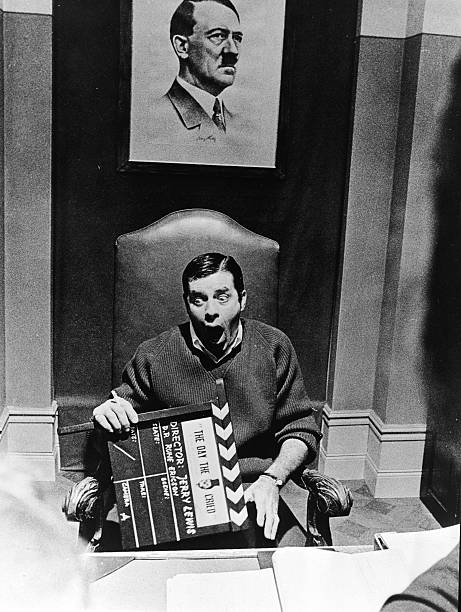 Jerry Lewis Holds Film Clapper:ニュース(壁紙.com)