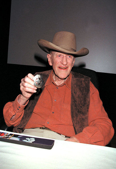 David Keeler「James Arness Shows Badge At Book Signing」:写真・画像(8)[壁紙.com]