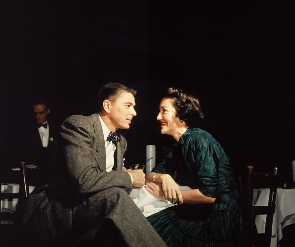 Heterosexual Couple「Ronald And Nancy Reagan At Table 」:写真・画像(2)[壁紙.com]