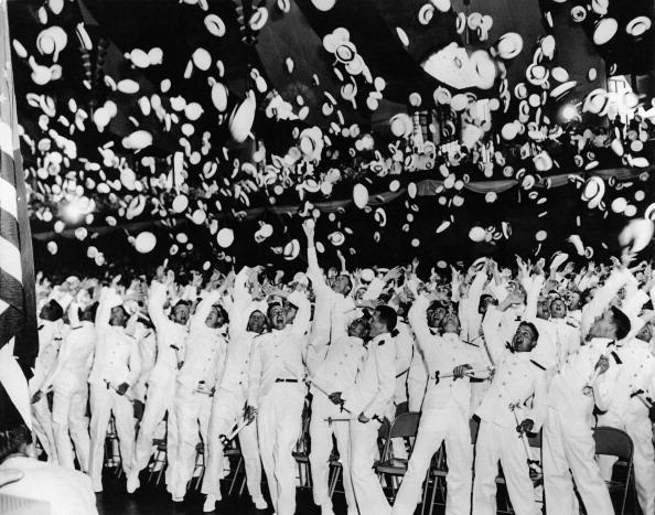 Throwing「Navy Graduates Celebrate」:写真・画像(17)[壁紙.com]