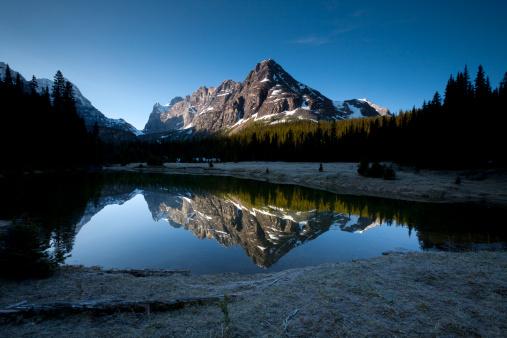 Yoho National Park「Mountain mirrored reflection in a small lake.」:スマホ壁紙(4)