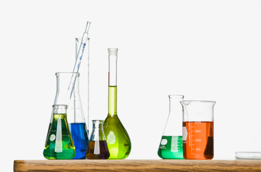 Studio - Workplace「Science beakers with liquid on table」:スマホ壁紙(13)