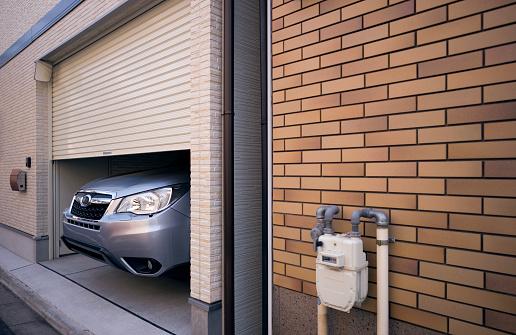 Brick Wall「Nose of large car sticking out of garage」:スマホ壁紙(19)
