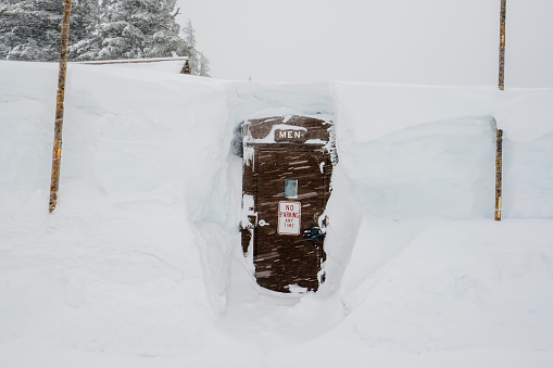 Crater Lake National Park「Bathroom for men at Crater Lake completely covered with snow」:スマホ壁紙(15)
