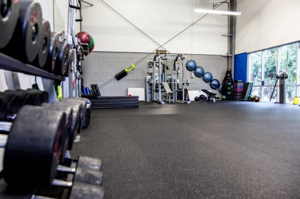 Rack of weights in gym:スマホ壁紙(壁紙.com)