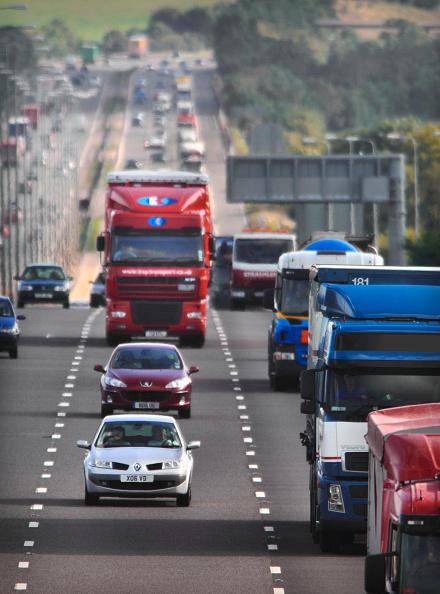 Road Marking「Motorway traffic on the M5 Northbound Gloucestershire UK」:写真・画像(13)[壁紙.com]