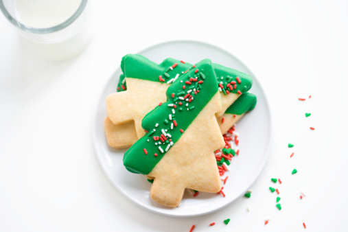 Cookie「Shortbread Christmas tree cookies on white plate with glass of milk」:スマホ壁紙(16)