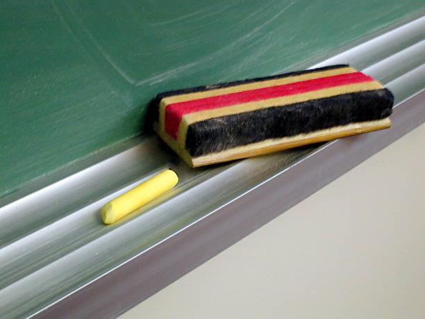 Chalk and brush resting on black board:スマホ壁紙(壁紙.com)