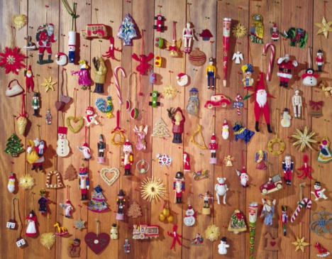 小さな像「Mass of Christmas ornaments on wooden wool, front view」:スマホ壁紙(8)
