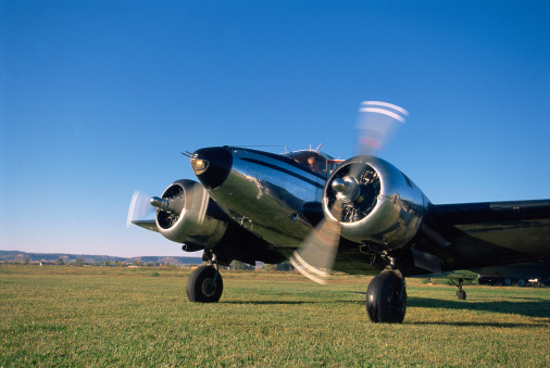 Beechcraft「Aircraft on grassy runway」:スマホ壁紙(10)