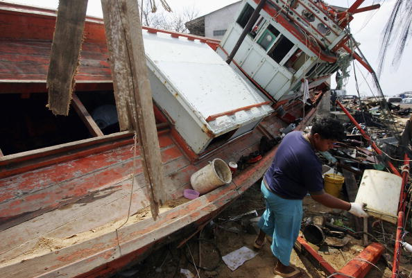 Fisherman「Tsunami Rescue And Relief Effort Continues In Thailand」:写真・画像(12)[壁紙.com]