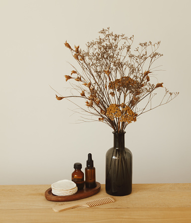 Health Spa「Set of beauty products and toiletries and vase with flowers」:スマホ壁紙(3)