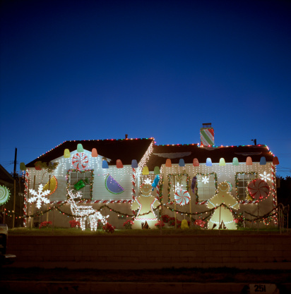 Kitsch「House decorated with lights and Christmas decorations, dusk」:スマホ壁紙(15)