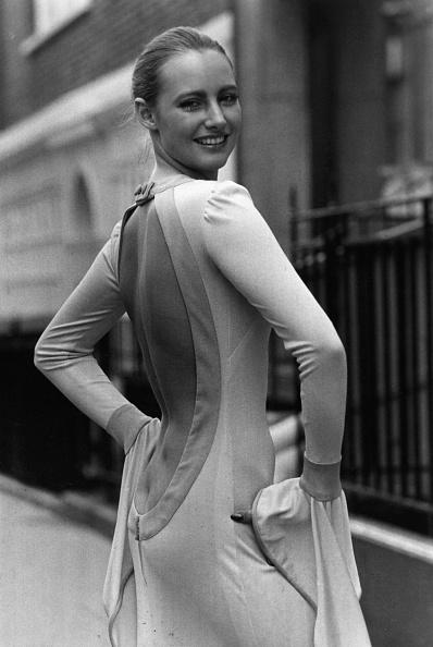 Backless「Daring Dress」:写真・画像(11)[壁紙.com]