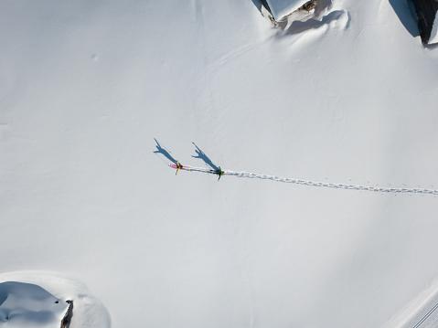 胸を打つ「上から深い雪の中で両手を上げられた 2 つのハイカー」:スマホ壁紙(14)
