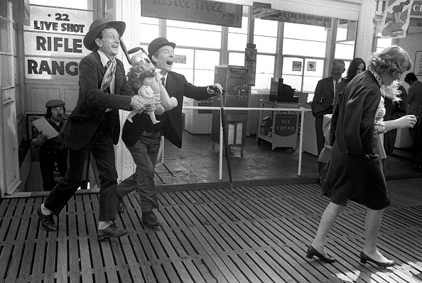 Larry Ellis Collection「Carry On at Your Convenience」:写真・画像(8)[壁紙.com]