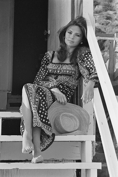 Barefoot「Jacqueline Bisset」:写真・画像(13)[壁紙.com]