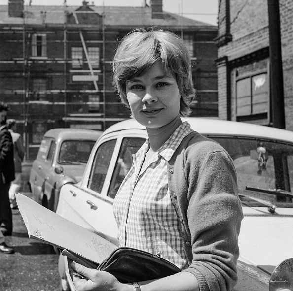 Young Adult「Judi Dench With BBC Script」:写真・画像(18)[壁紙.com]