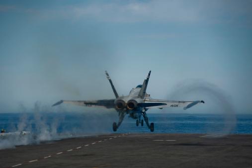 Aboard「Pacific Ocean, February 16, 2013 - An F/A-18C Hornet launches from the flight deck of the aircraft carrier USS Carl Vinson.」:スマホ壁紙(14)