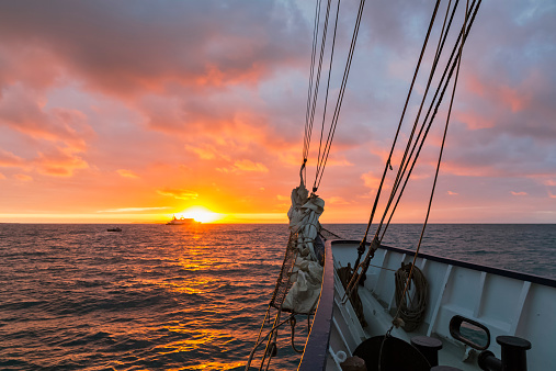 ガラパゴス諸島「Pacific Ocean, sailing ship at Galapagos Islands at sunrise」:スマホ壁紙(15)
