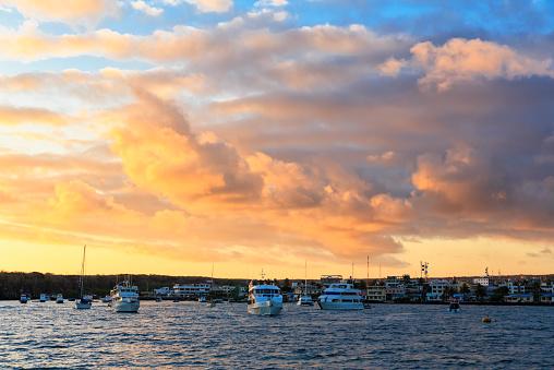 ガラパゴス諸島「Pacific Ocean, Galapagos Islands, sunset above Santiago Island」:スマホ壁紙(11)
