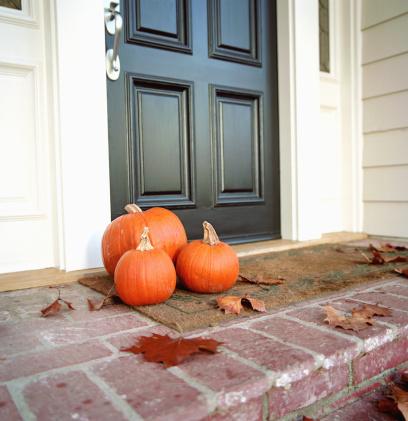 ハロウィン「Pumpkins in front of door of house」:スマホ壁紙(11)
