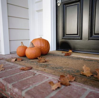 ハロウィン「Pumpkins in front of door of house」:スマホ壁紙(14)