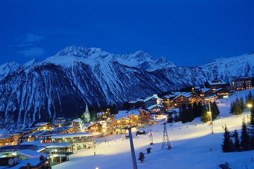 Chalet「France, Courchevel, ski resort at dusk, elevated view」:スマホ壁紙(9)
