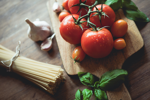 Tomato「Spaghetti, garlic, basil and tomatoes on a cutting board」:スマホ壁紙(11)