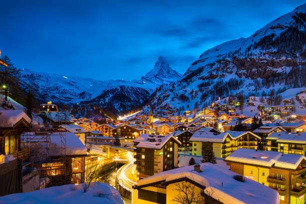 Zermatt town with Matterhorn peak in Mattertal, Switzerland, at dawn:スマホ壁紙(壁紙.com)