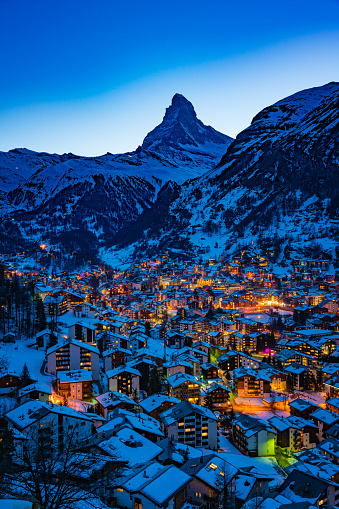 Pennine Alps「Zermatt town with Matterhorn peak in Mattertal, Switzerland, at dusk」:スマホ壁紙(10)