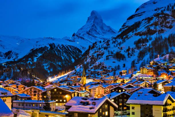 Zermatt town with Matterhorn peak in Mattertal, Switzerland, at dusk:スマホ壁紙(壁紙.com)